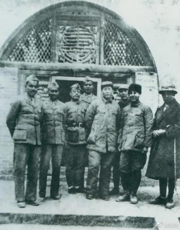 1939年3月15日,毛泽东在延安会见印度援华医疗队全体人员。