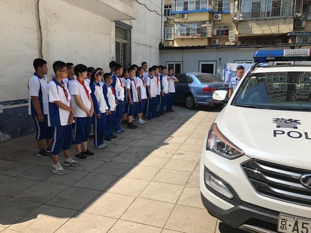 学生听警官讲警务车的使用.JPG