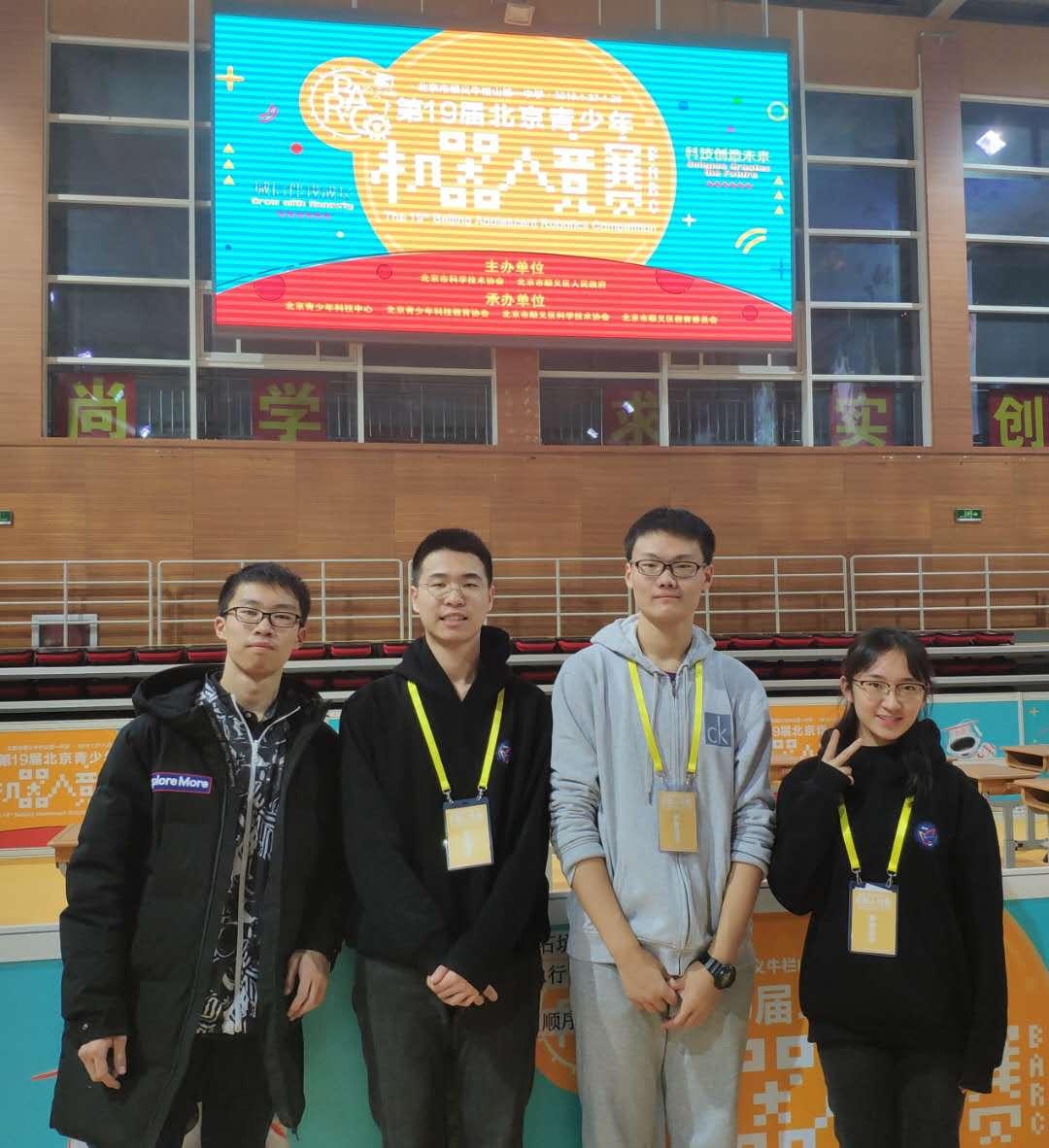 澳门青少年机器人竞赛高中组冠军参赛选手.jpg