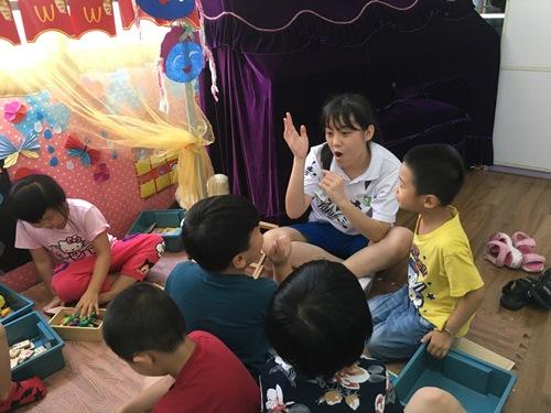图为见习学生给小朋友讲故事.jpg