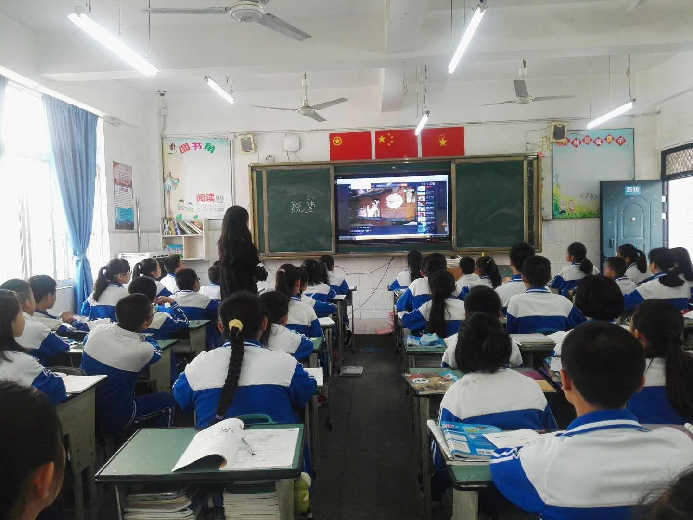 攀枝花市实验学校组织学生观看网络安全课视频.jpg