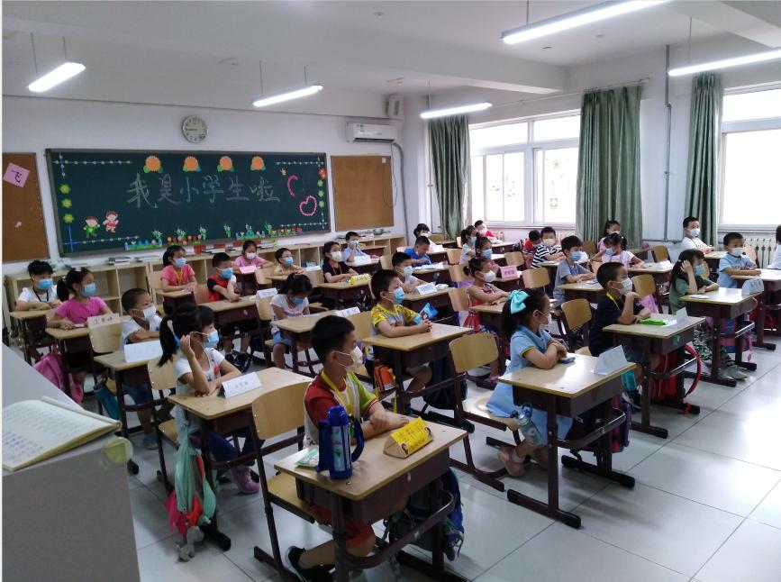 一年级同学认真听老师说话.png