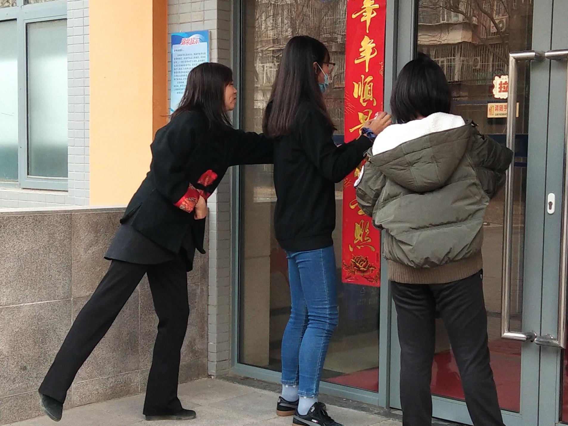 21年除夕校党总支书记王京红与西藏生一起贴对联.jpg