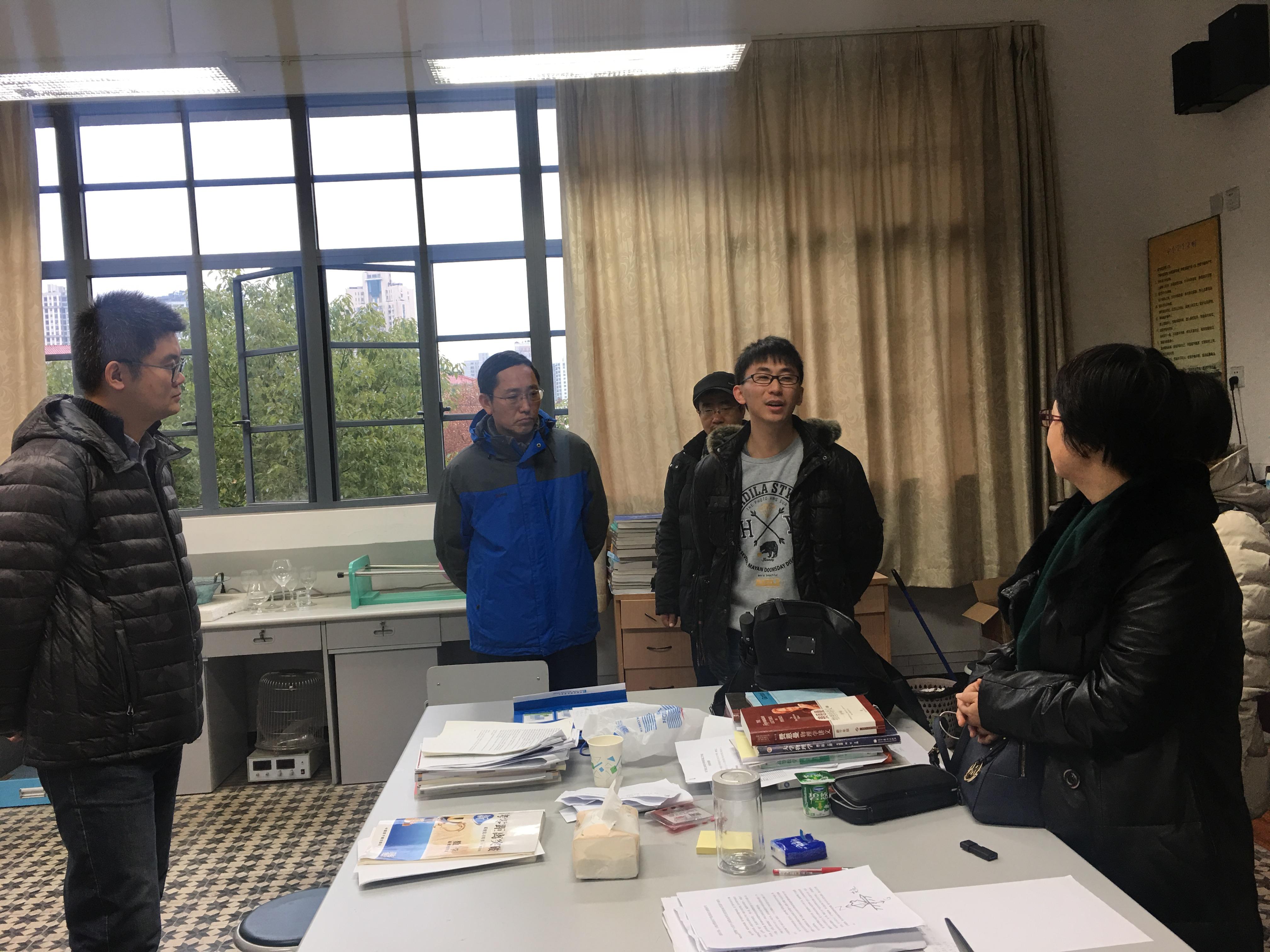 参观上海二中物理DIY创新实验室.jpg