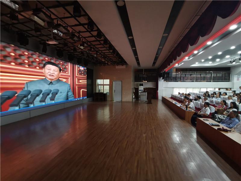 2021年7月1日上午,实验校(两校区)教职工300余人在学校演播厅观看庆祝中共共产党成立100周年大会直播.jpg