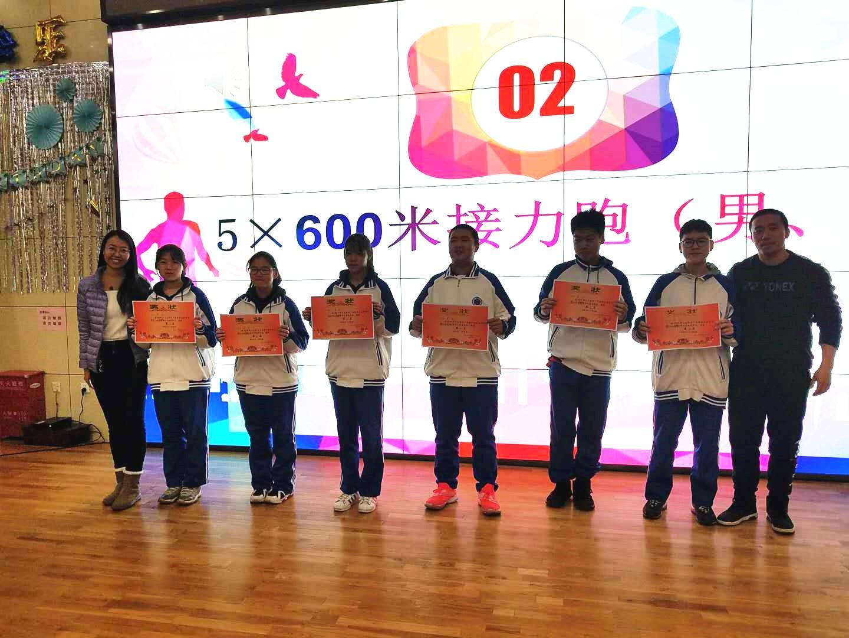 德育处于姣副主任和体育组李想老师为获奖班级颁奖.jpg