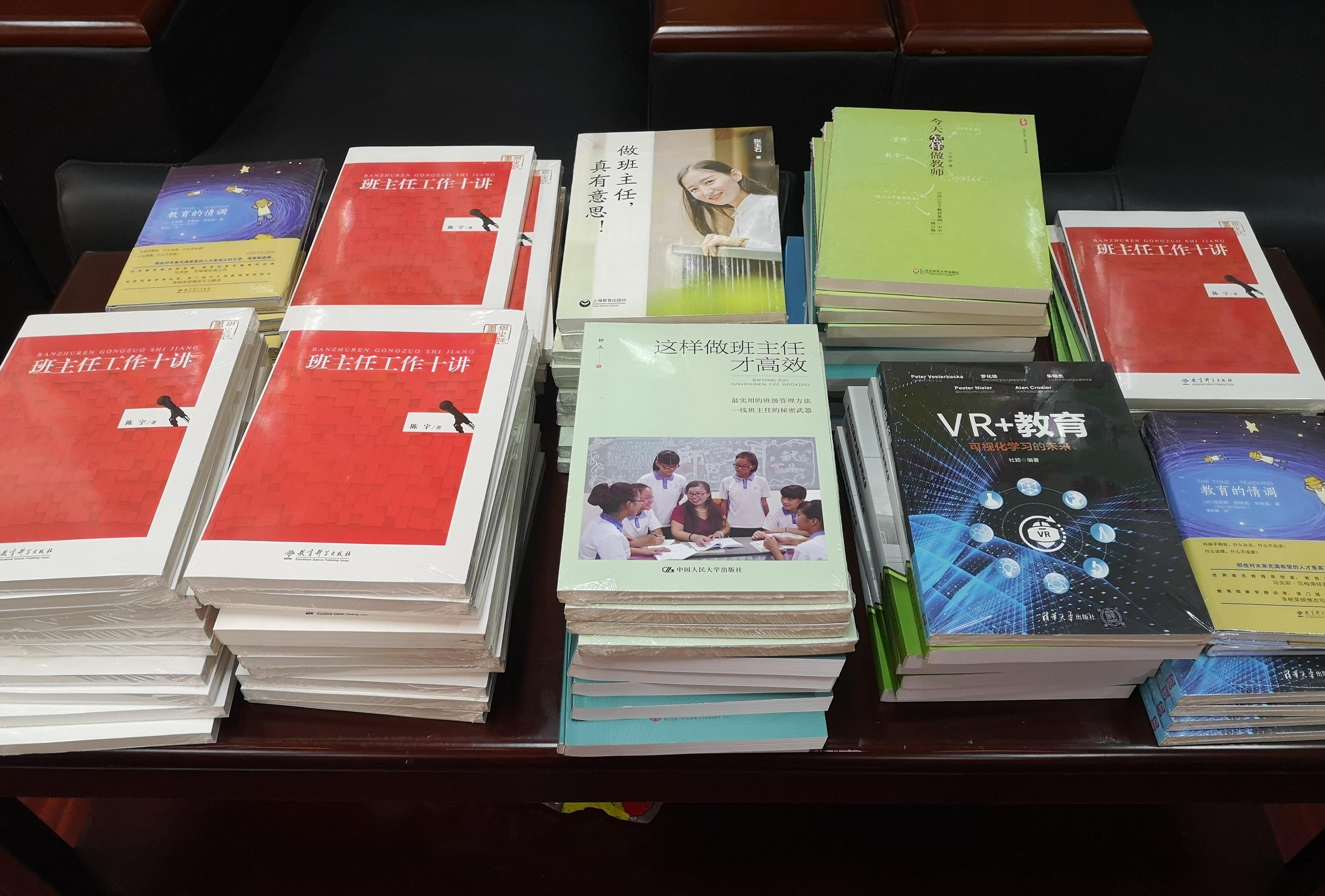 06为老师们提供自主学习专业书籍.jpg