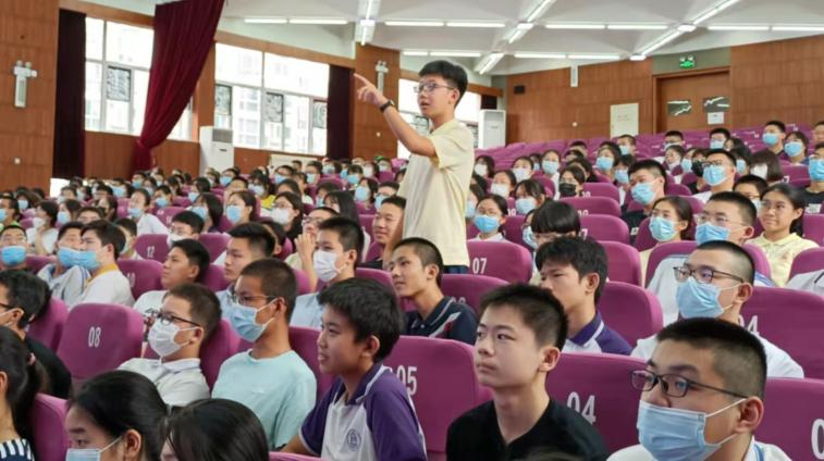 同学们在认真思考老师提的问题.jpg