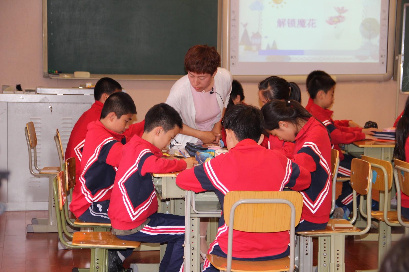 耐心倾听每一位学生的发言.jpg
