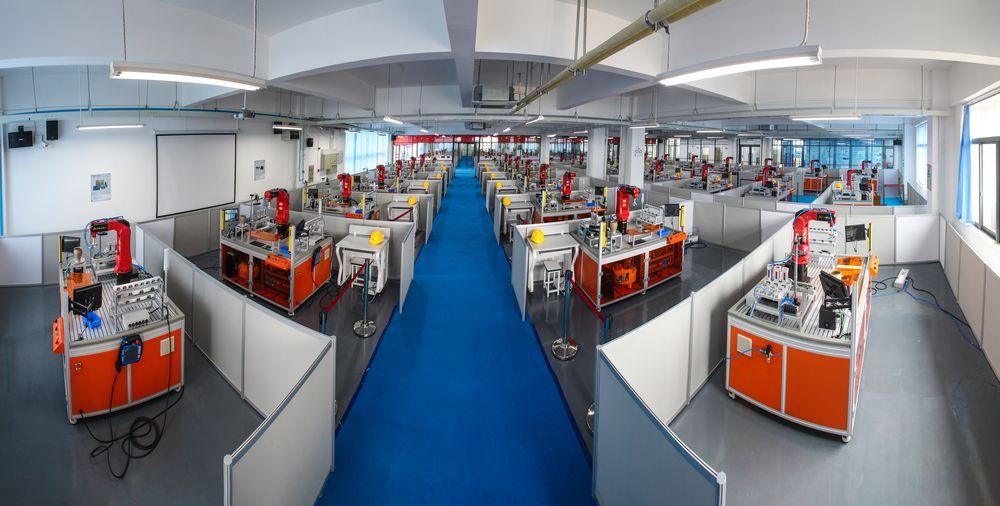 智能生产系的工业机器人实训室