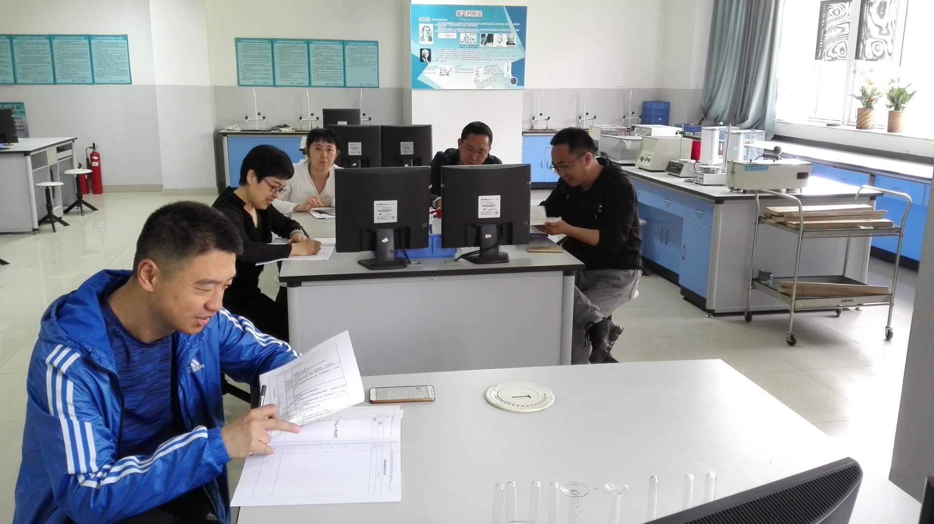 化学组教师专心听讲座.jpg