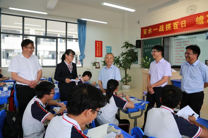 姚国华亲切看望师生代表,深入了解师生们的备考情况2.JPG