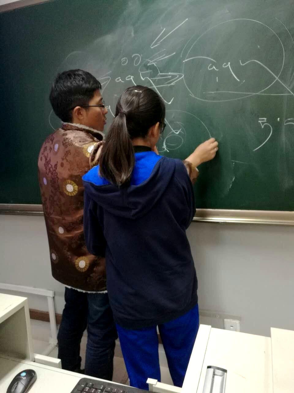 师生互动写藏文 (2).jpg