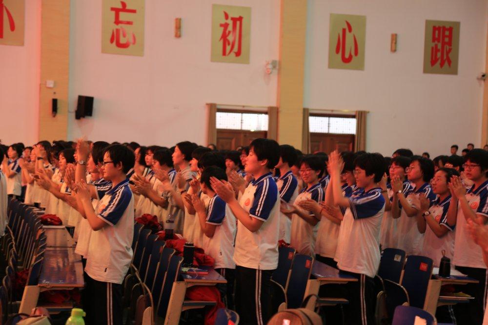 学生鼓掌.JPG