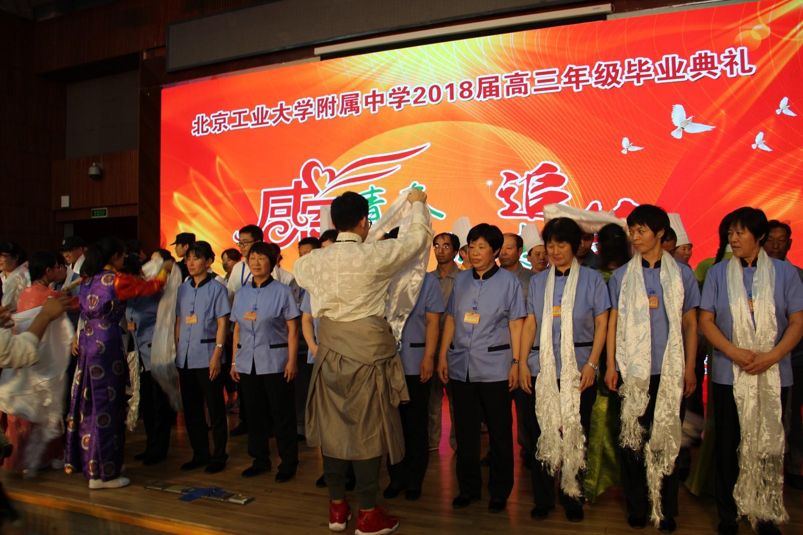 西藏生代表为永利网址后勤团队献哈达.JPG