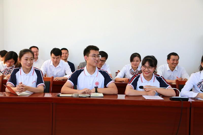 学生代表在座谈会上发言1.JPG