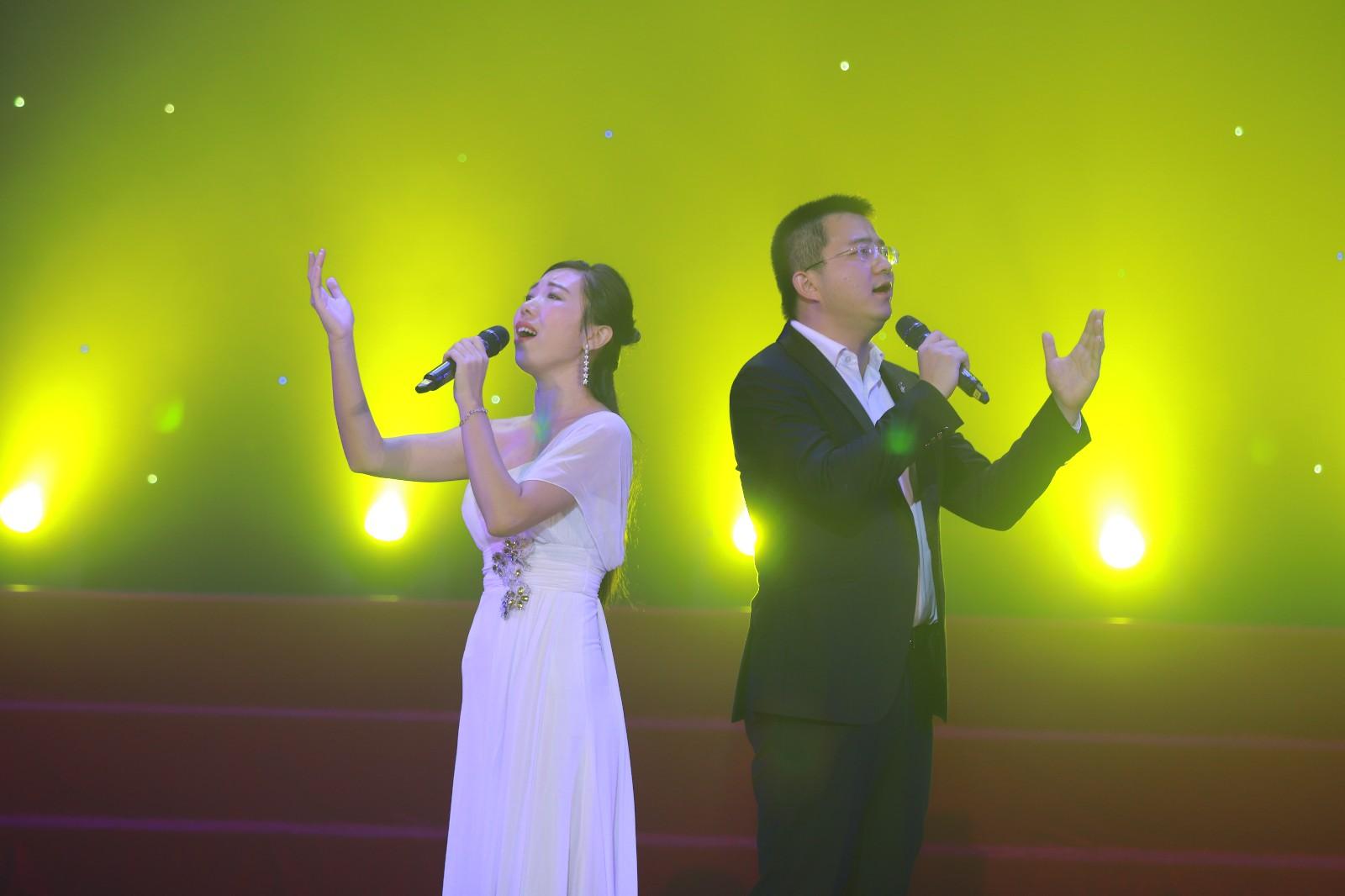 B4  胡阳春、李粤君老师代表三水中学参加2018年三水区教育系统教职工歌唱比赛,以一曲合唱《贝加尔湖畔》荣获金奖.jpg