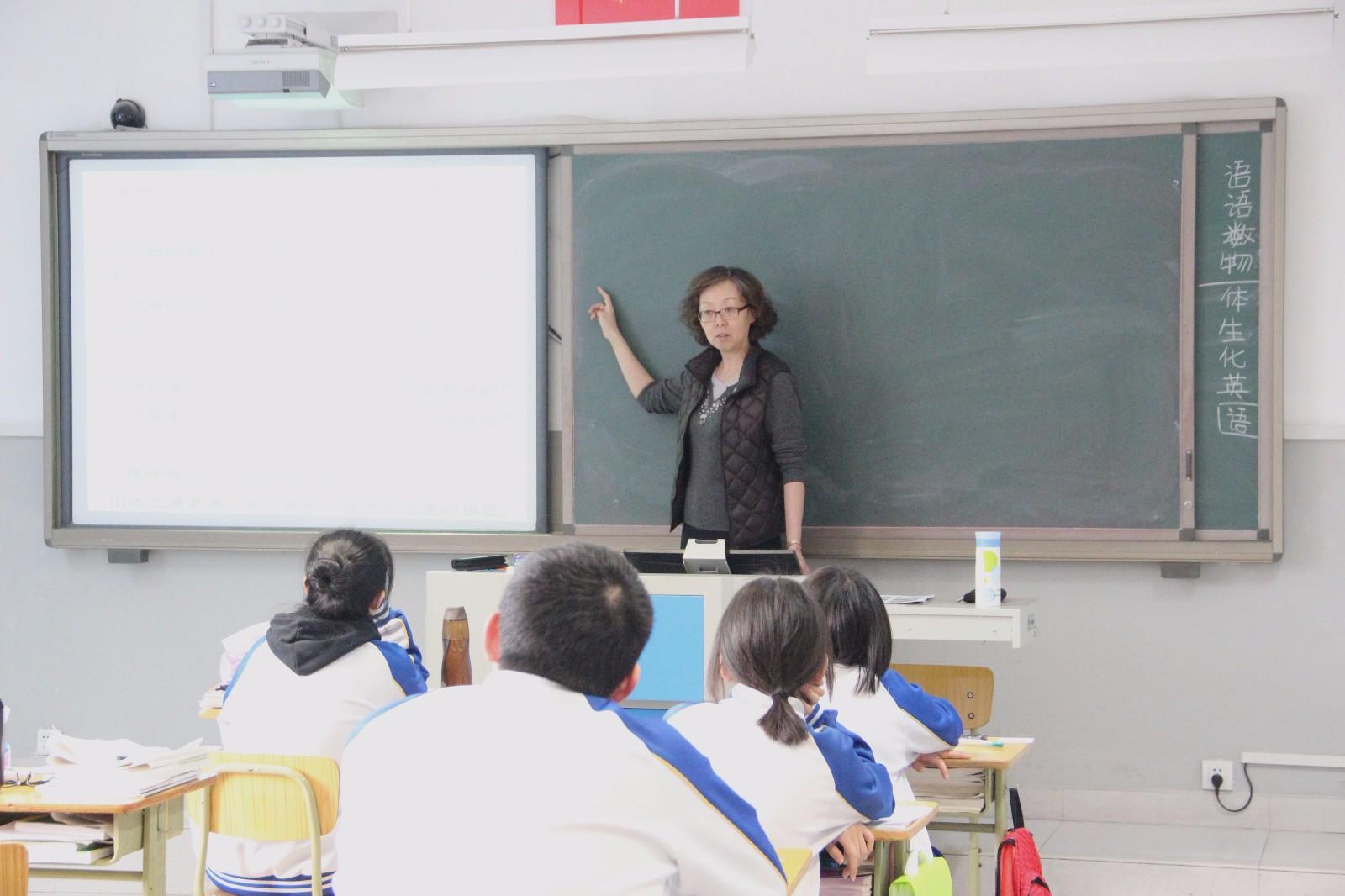 夏培秀老师在上课.jpg
