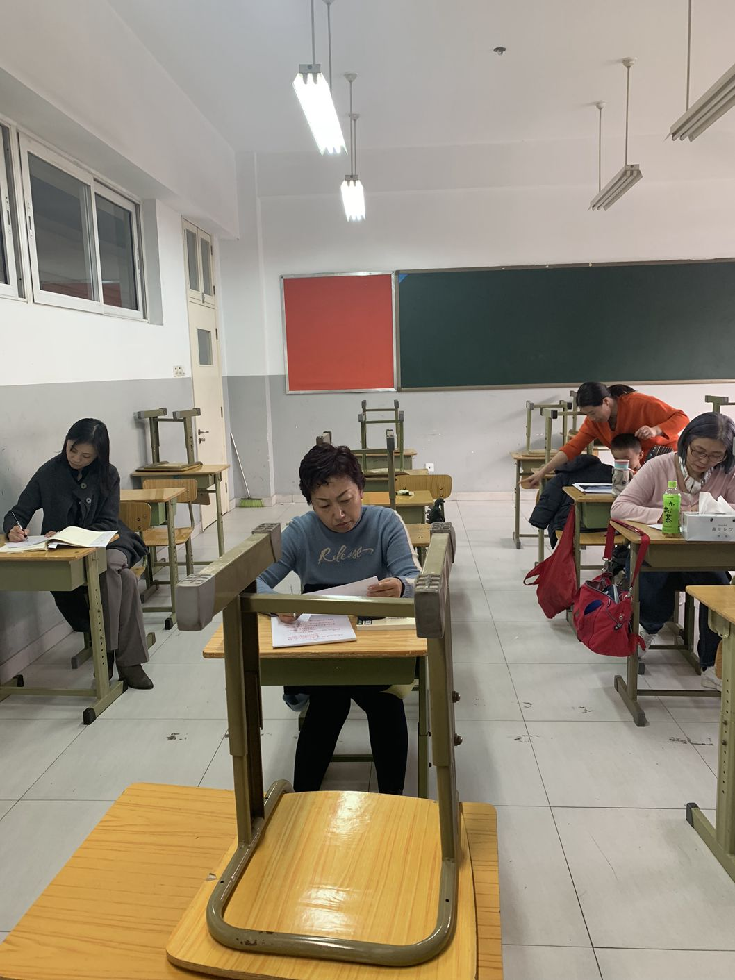 老师们认真学习.jpg