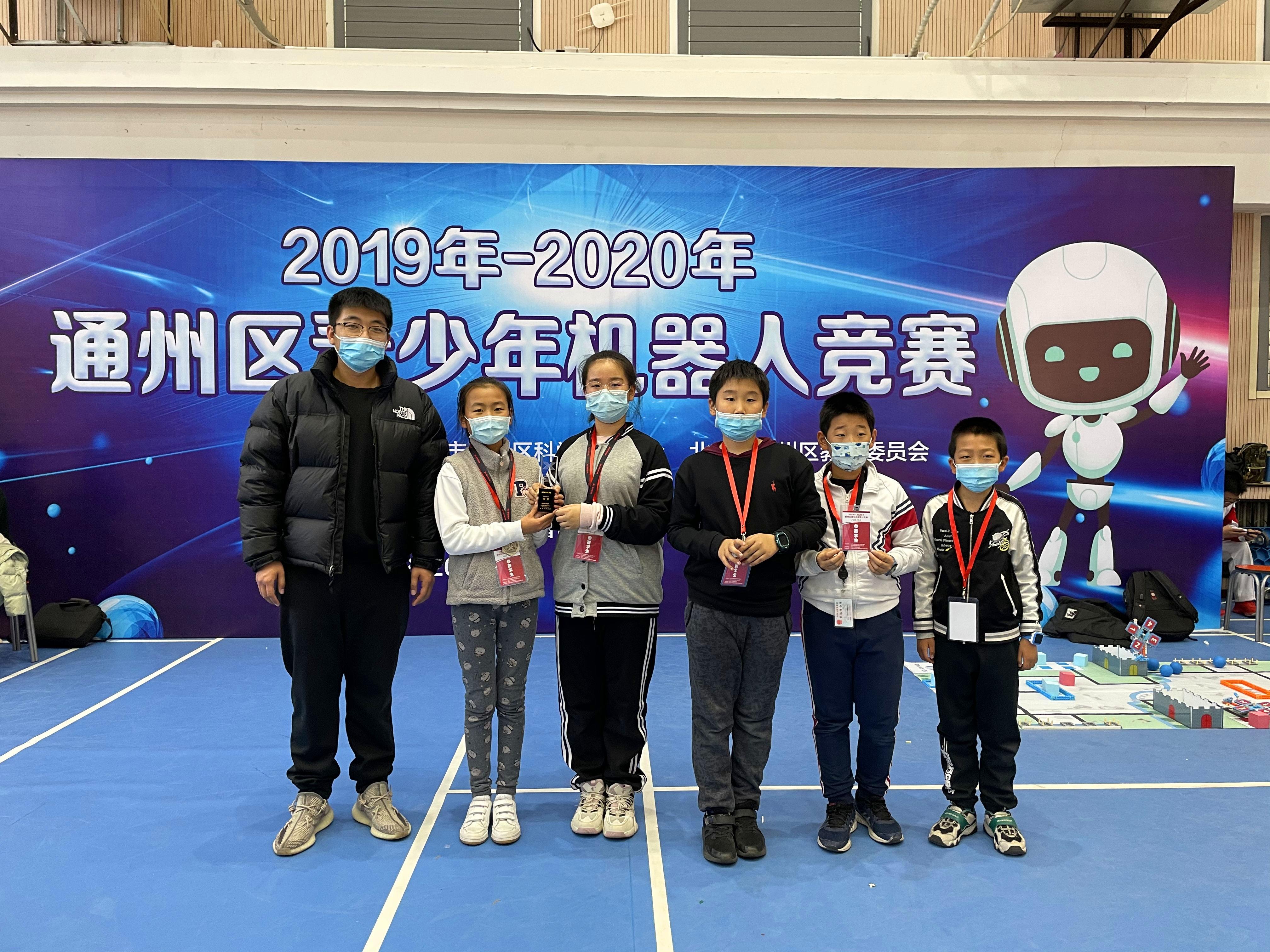 指导教师刘硕老师与队员们分享胜利的喜悦.jpg