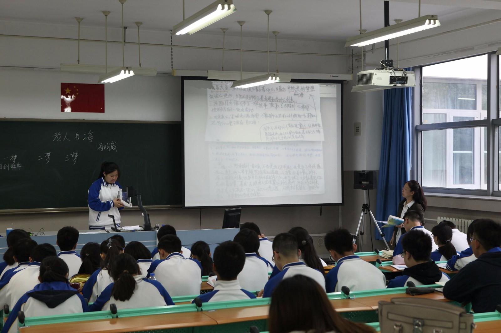 惠研老师在上课.jpg
