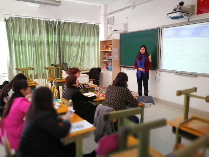 英语教研员做培训.jpg