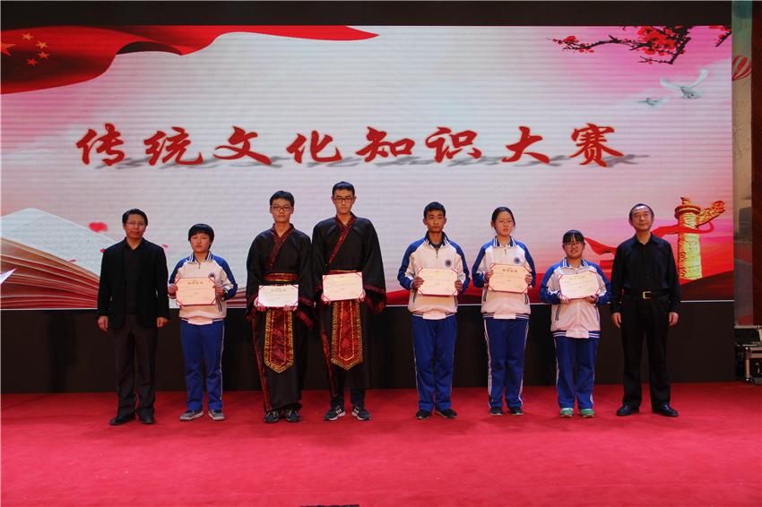王能宪博士,杨子钰主任为获奖同学颁奖.jpg