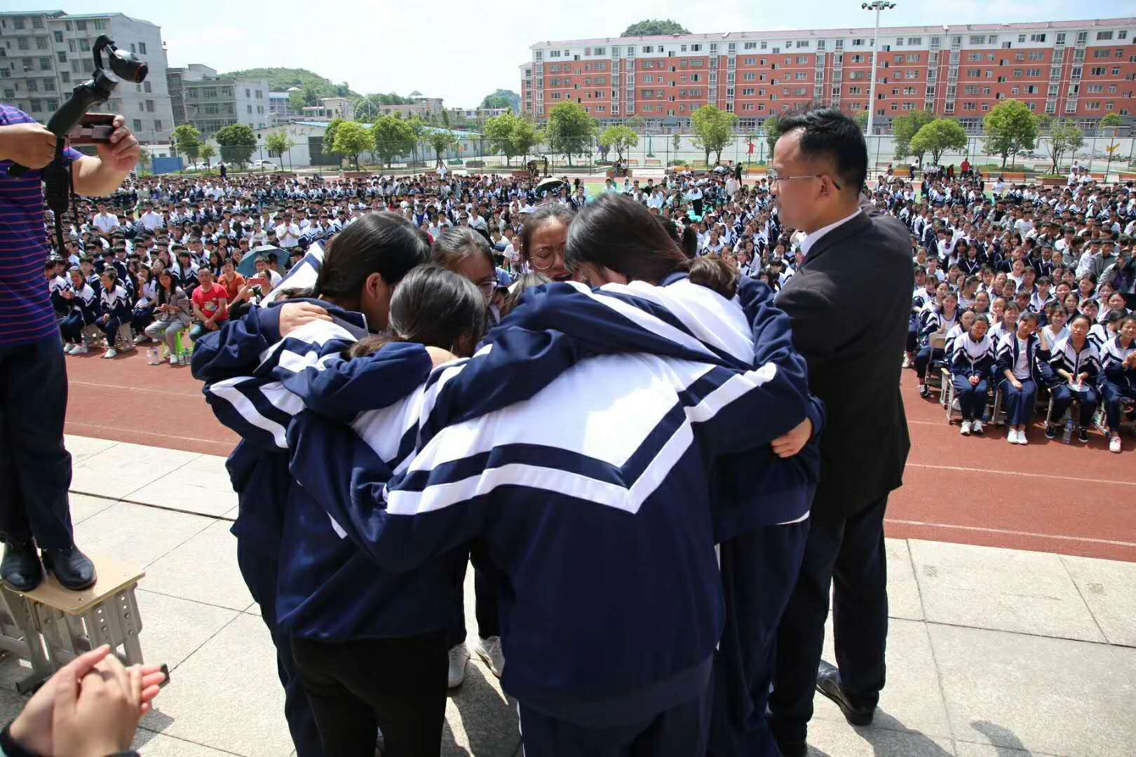 贵州省安顺机械工业学校《不要让爱你的人失望》大型校园感恩励志报告会