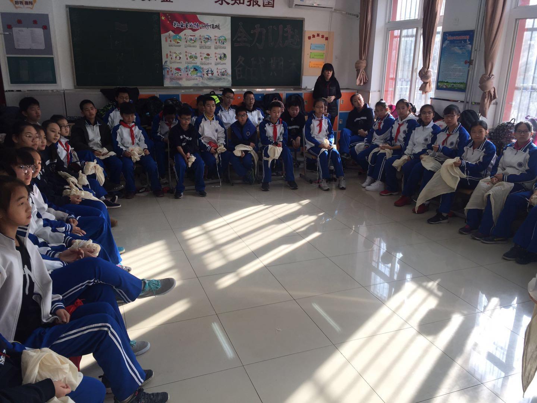 班主任和同学们共同聆听学习.jpg