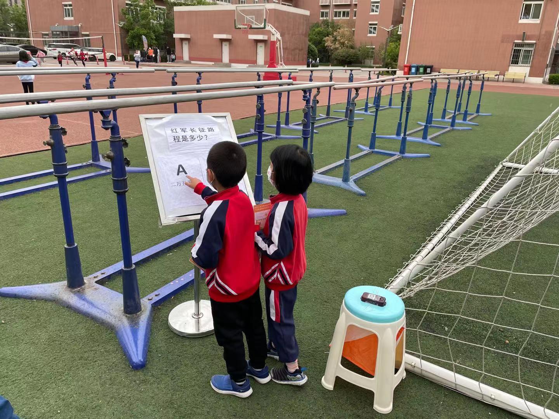 4.同学们比赛中学习长征知识.jpg