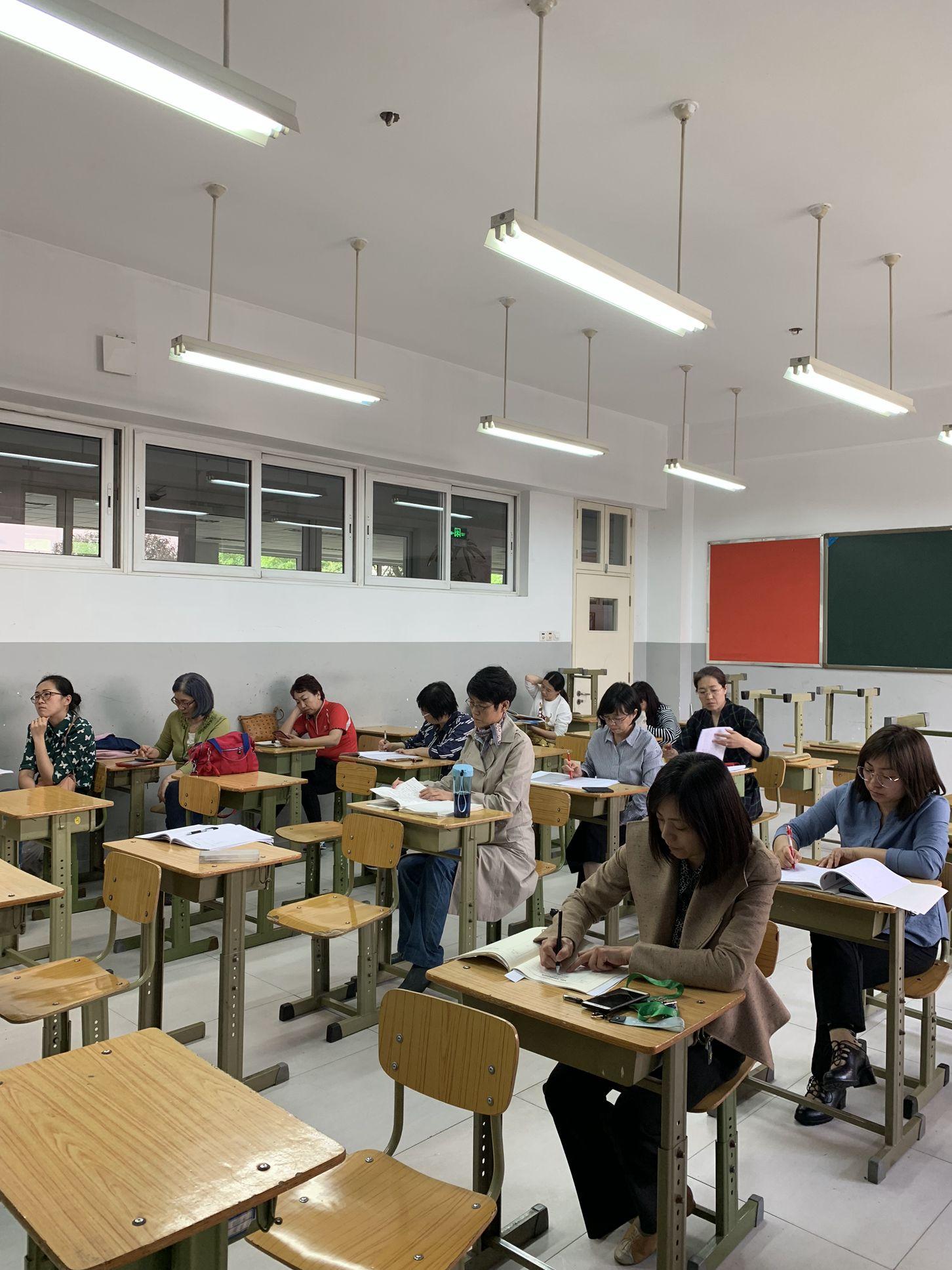 英语组教师专心听讲座.jpg