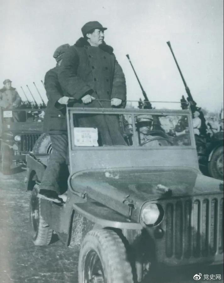 1949年3月25日,毛泽东在北平西苑机场检阅部队。