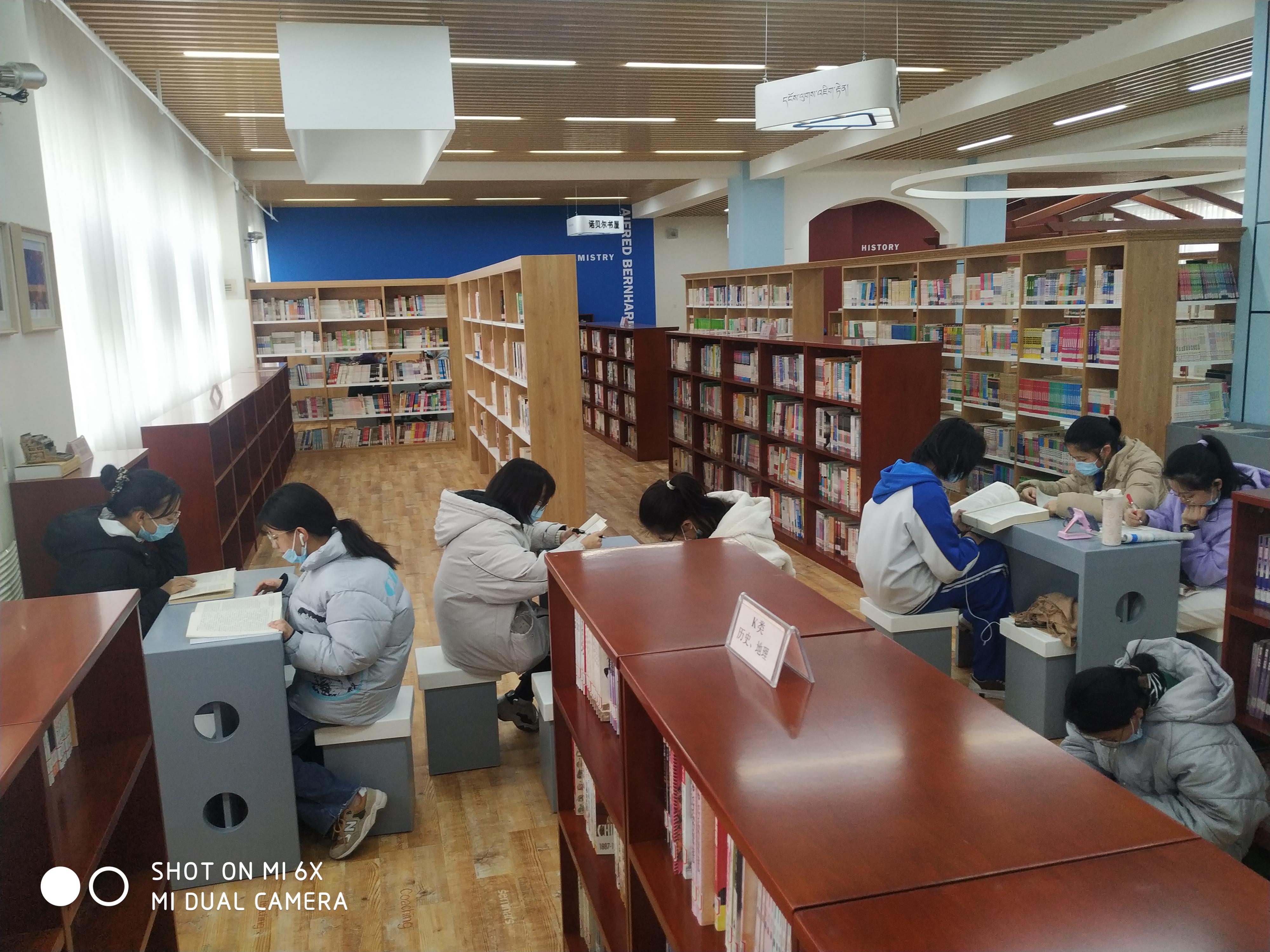 西藏生在图书馆阅览自习2.jpg