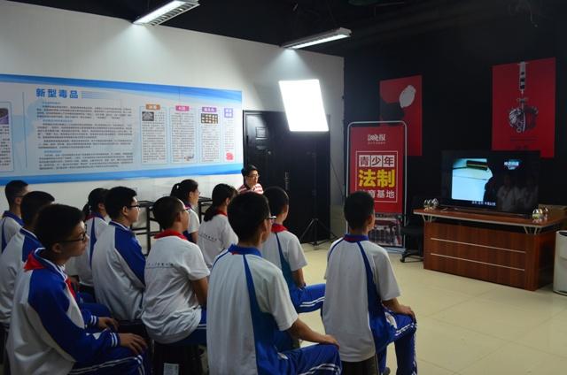 学生在观看视频.JPG
