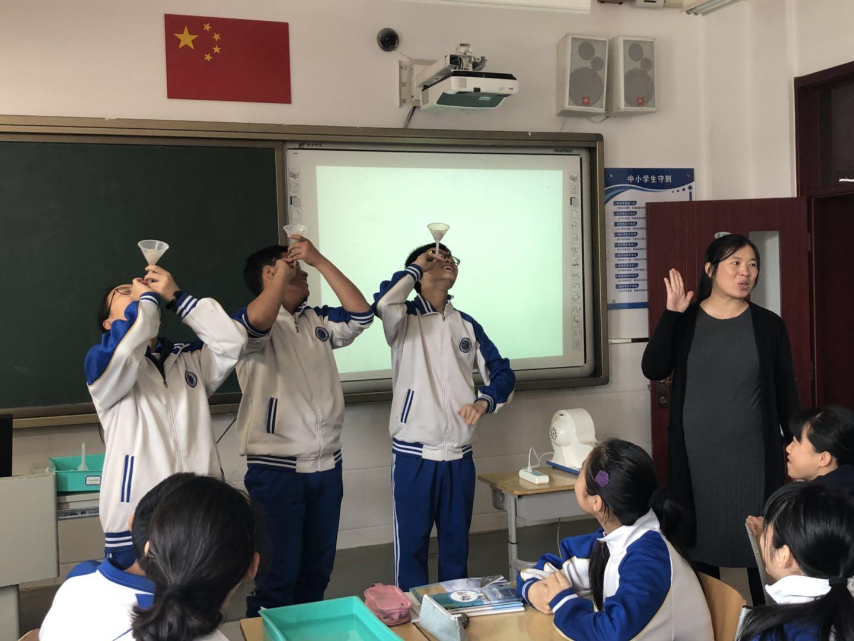 物理老师为学生指导实验.jpg