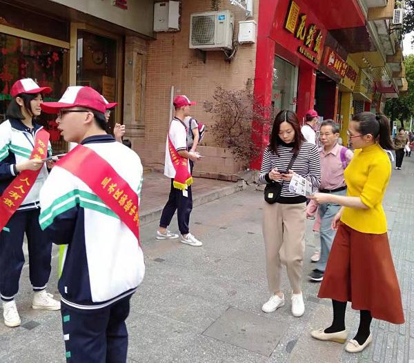 4邓锦珊副主任和志愿者同学一起派发禁毒传单.jpg