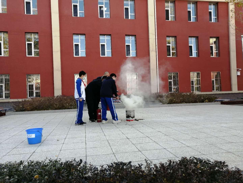 学生实际操作灭火器.jpg