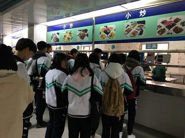 同学们在华南理工大学饭堂体验大学生活.jpg