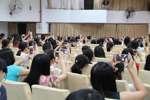 """""""咔嚓咔嚓"""",精彩的朗诵表演让老师们纷纷举起了手机拍摄视频,珍藏学习资料_调整大小.jpg"""