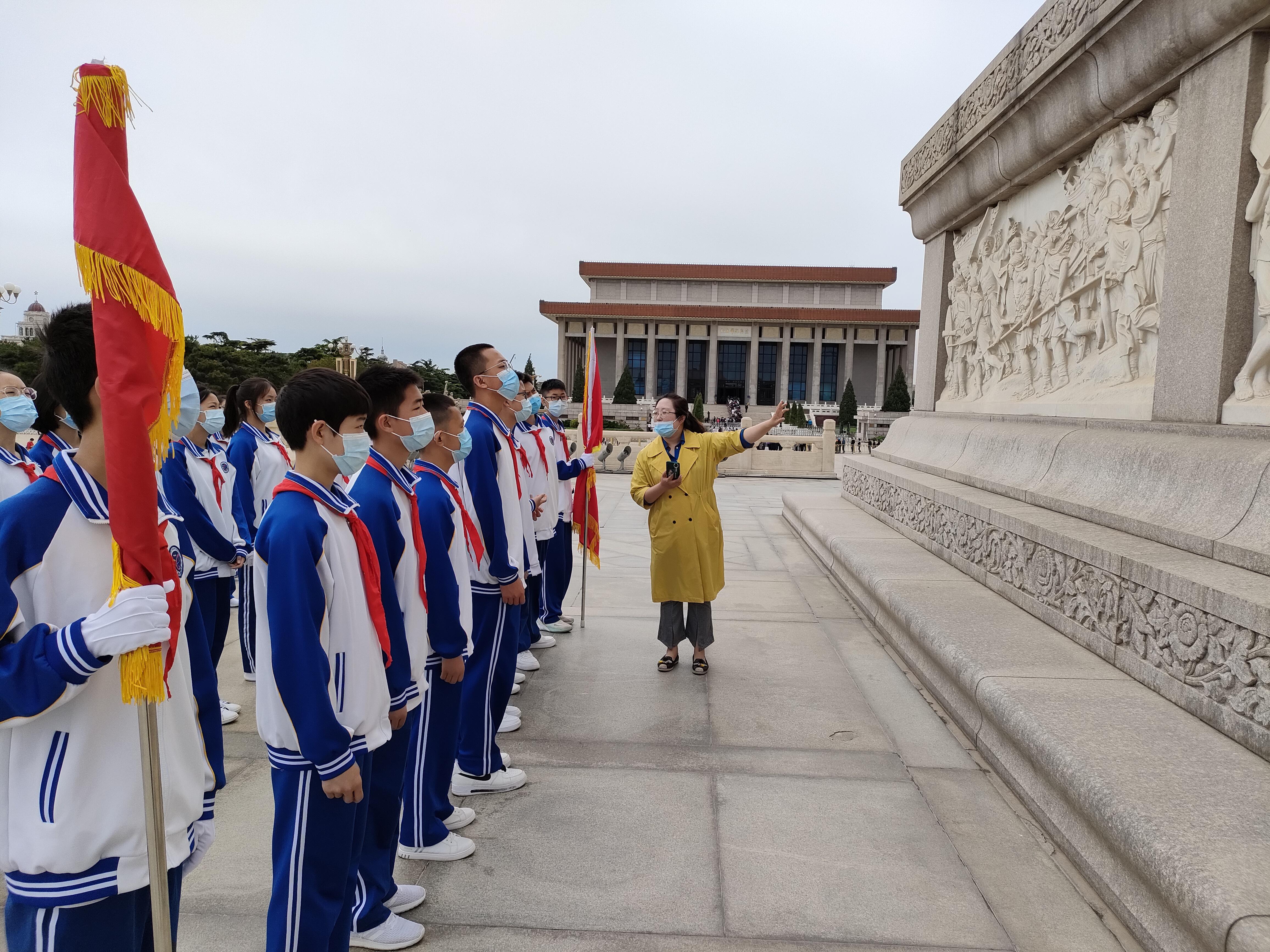 王雯雯主任为队员们讲述纪念碑上的浮雕故事.jpg