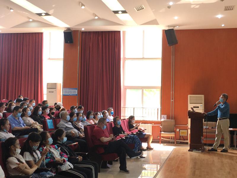 小学部领导与家长们一起聆听巴校长宣讲.jpg