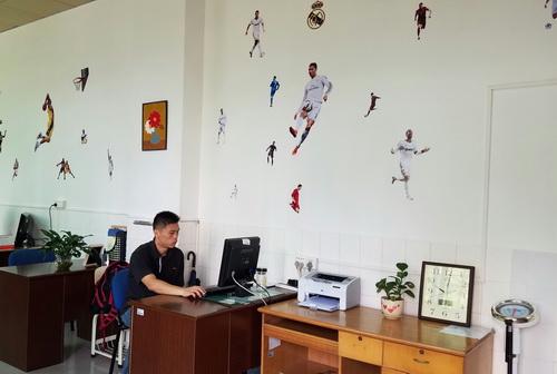 图五:体育科组赋有足球文化气息的办公场所_调整大小.jpg
