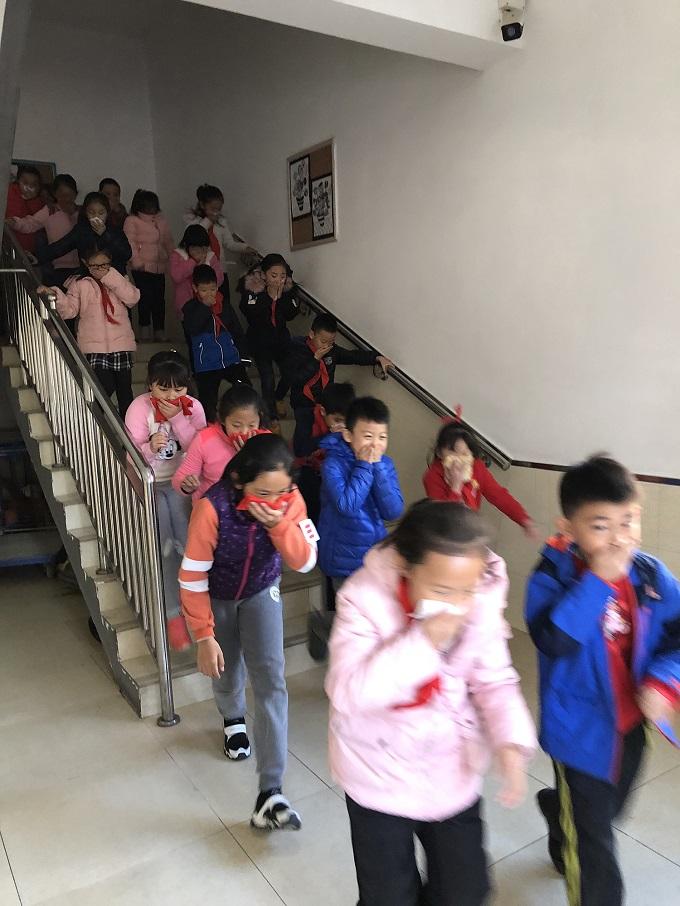 学生有序进行疏散演习.jpg