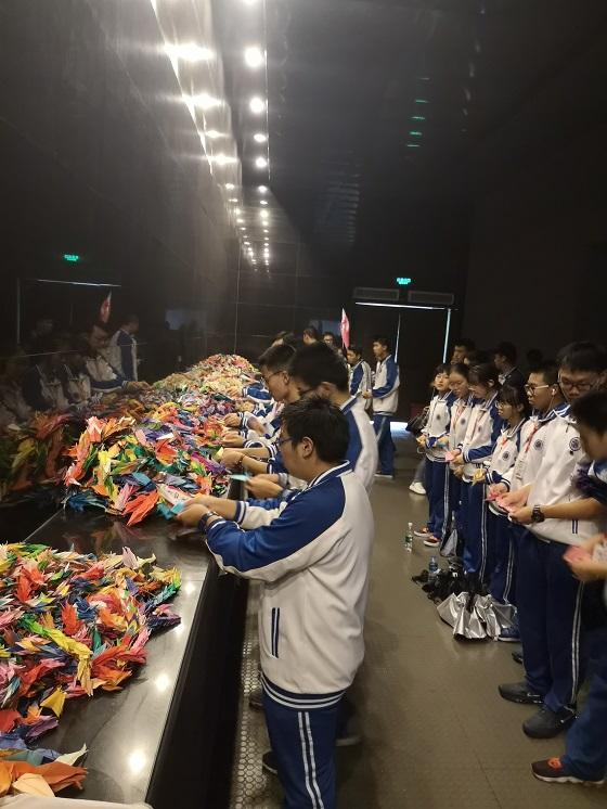 同学们送上亲手制做的千纸鹤.jpg