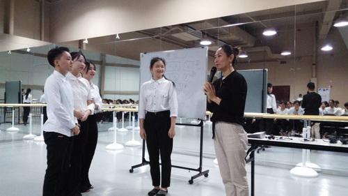 图1 广东演艺中心培训老师对学生进行岗前培训_调整大小.jpg