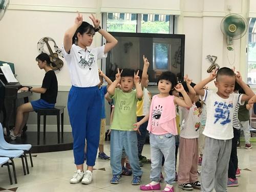 图为见习学生组织小朋友活动.jpg
