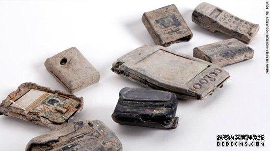 这些手机和寻呼机是在坍塌的世贸中心大楼的废墟中被找到的。搜救团队报告说,在9/11发生之后的几天内,这些手机依然响个不停,应该是遇难者的亲朋在设法联系他们。