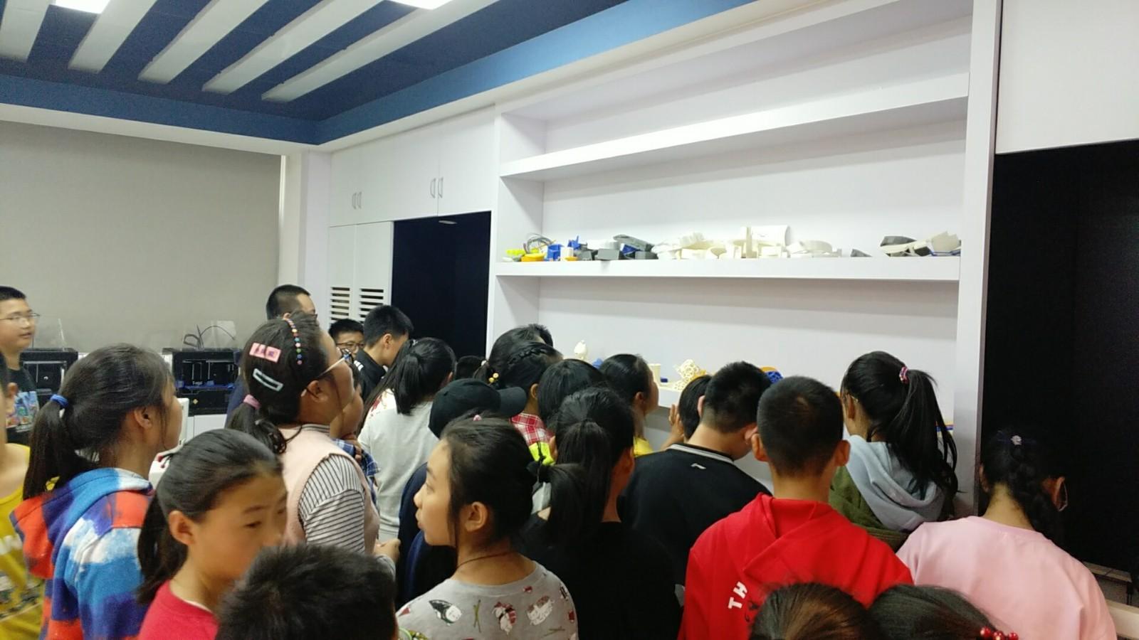 参观高中部3D打印教室.jpg