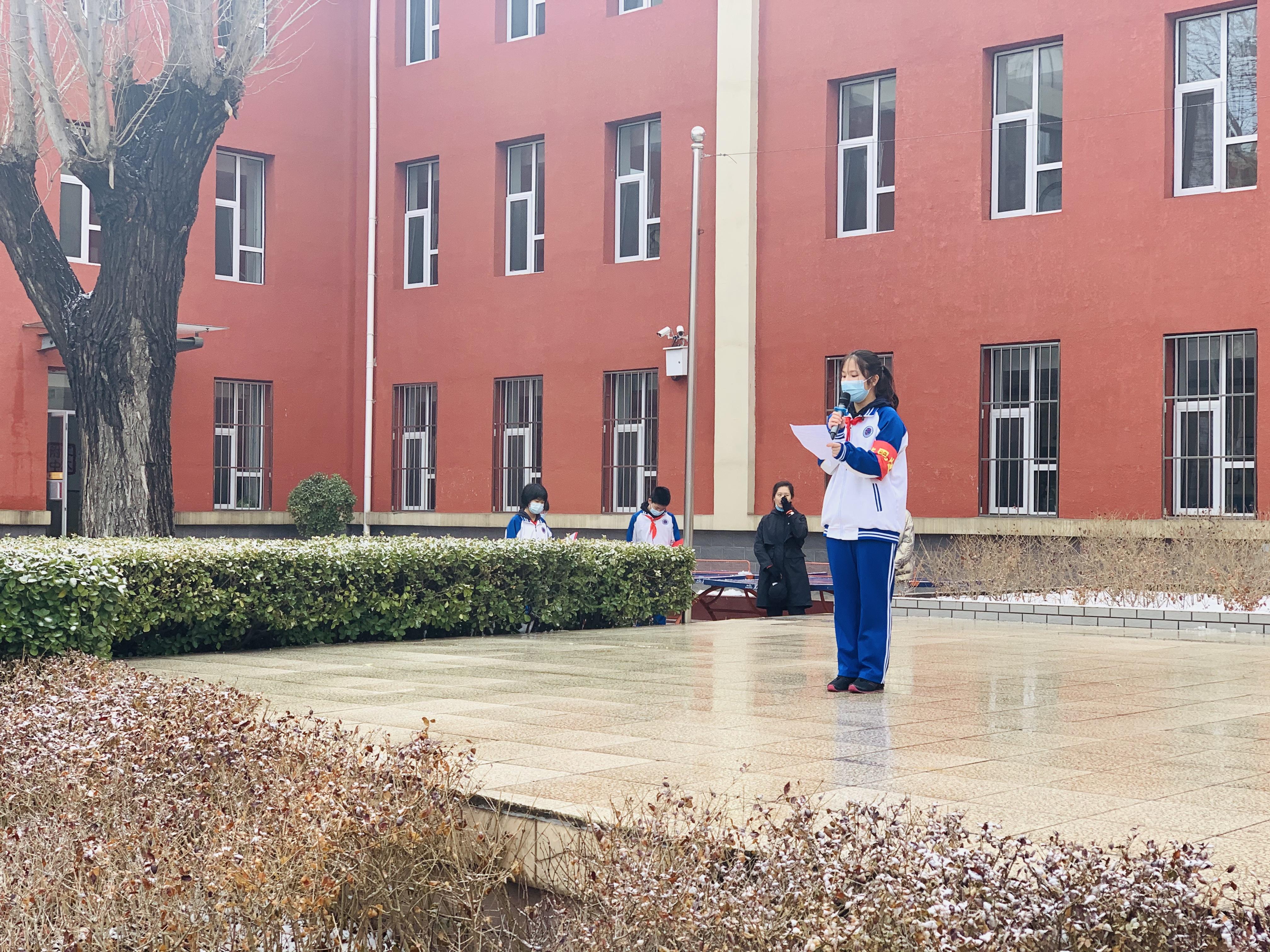 初中部—垂杨柳校区   初一6班学生做国旗下讲话.jpg