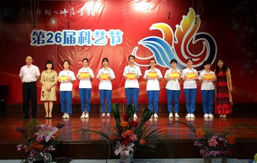 1+1学校领导为获奖的班级代表颁奖(右1为邓红艳书记,左1为潘然副校长,左2为丘毅清校长)_调整大小.jpg